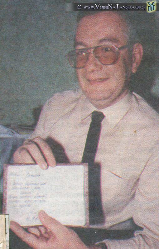 Фаргат Нурутдинов показывает свой паспорт