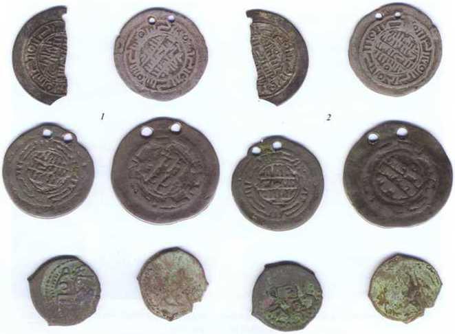 Подвески, подражания арабским дирхемам «безмонетного периода», продолжавшегося с X до XII века. Две нижние монеты — медные монеты булгарского периода. 1. Аверс. 2. Реверс.