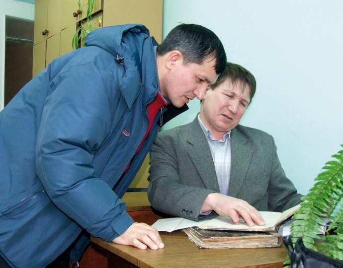Рис. 1 а. Автор книги В.Н. Алмантай и заведующий отделом археологии ЧГИГН Е.П. Михайлов