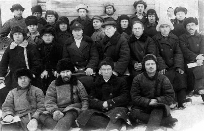 Рис. 19. А.И. Сладков (в шлеме), рядом председатель колхоза и счетовод. Фото конца 1930-х годов.