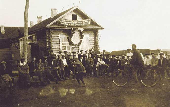 Рис. 21. Праздник у сельского клуба в д. Полевые Козыльяры. Фото 1937 года.