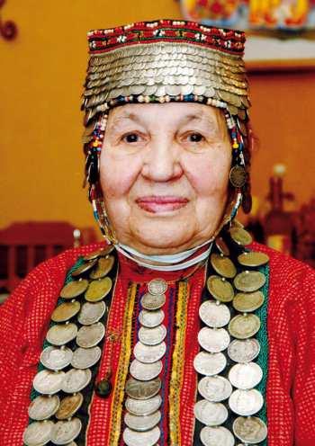 Рис. 24. М.А. Иванова со старинной подвеской на груди. Фото 2007 года.