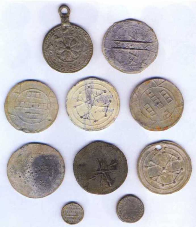 Самодельные монеты пугачевского времени. Аверс. XVIII в. Первая в иллюстрации — декоративная подвеска.